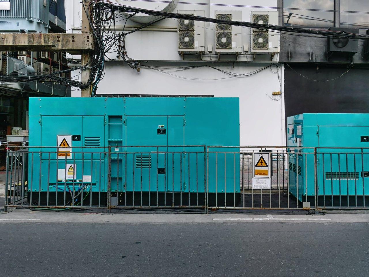 mobile-unit-of-emergency-electric-power-generator--MXL6CBR_Easy-Resize.com